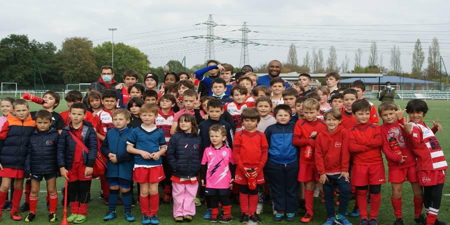 Rugby festif Octobre Rose Clamart Rugby 92 - photo des jeunes de l'école de rugby avec le Néo Zélandais Joe Rokocoko