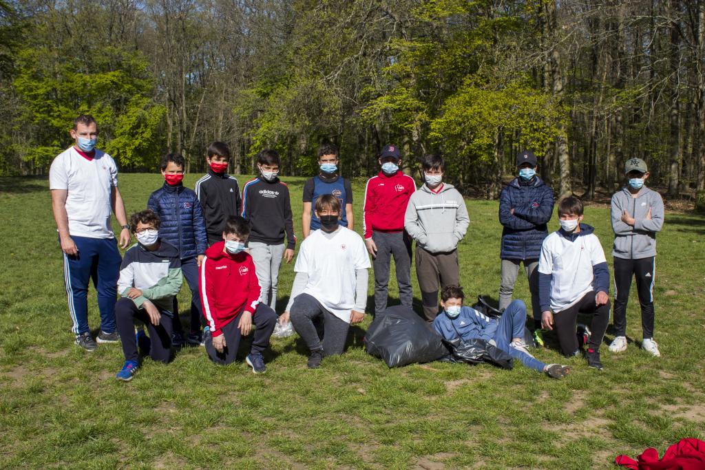 Stage avril - photo de groupe du ramassage des déchets dans le bois de Clamart